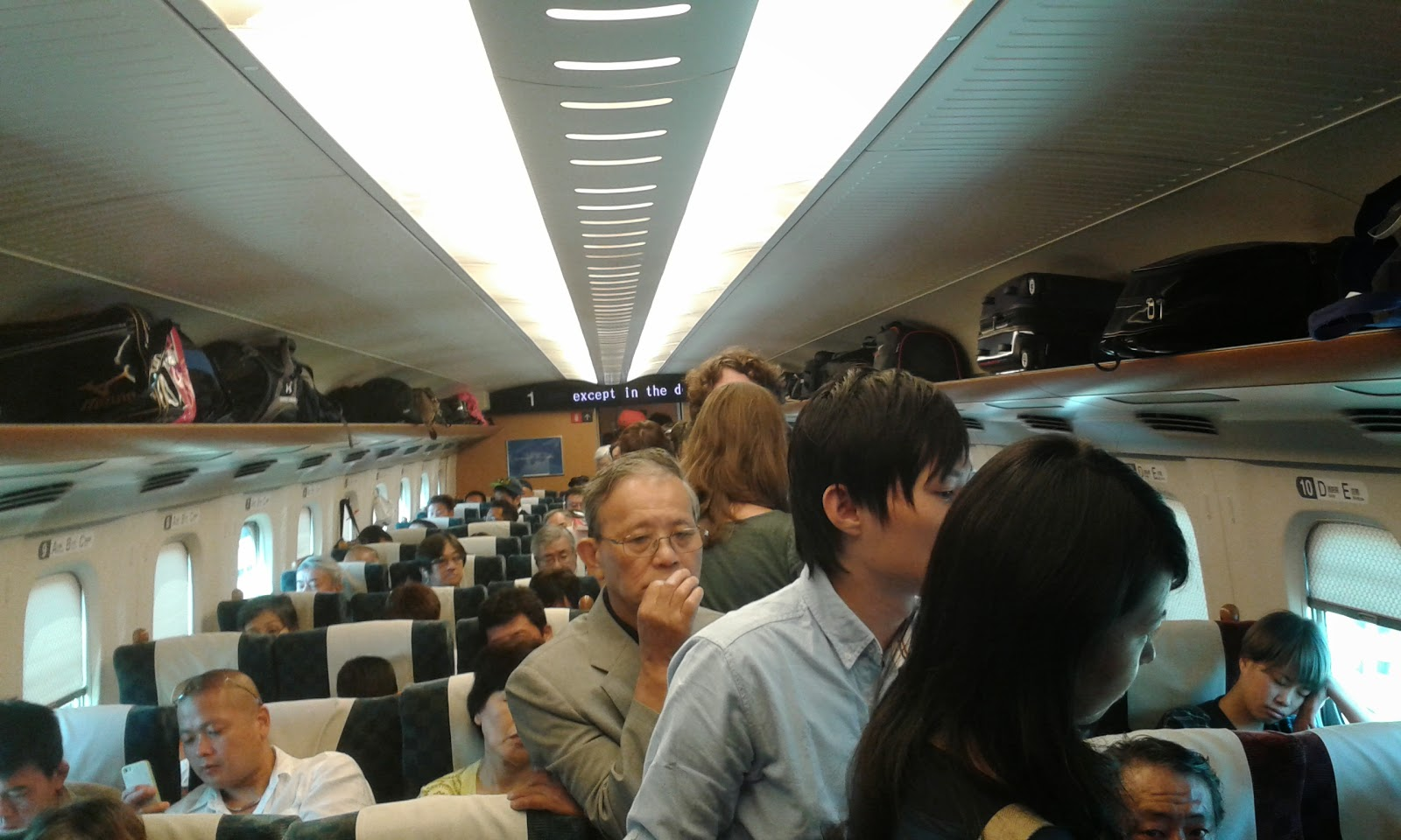 Viaggiare in piedi su un treno giapponese? E' più facile che in Italia...