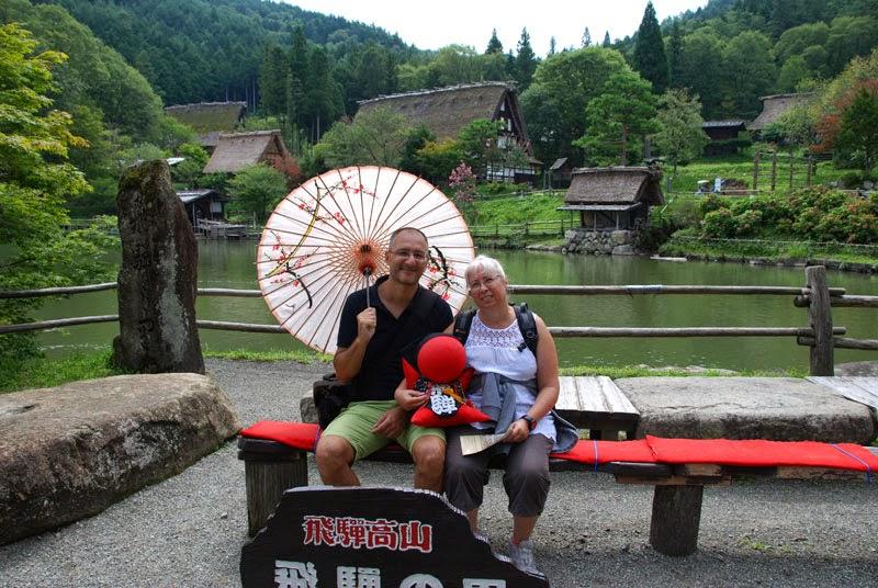 La foto rituale di ingresso al parco, con annesso pupazzo-mascotte