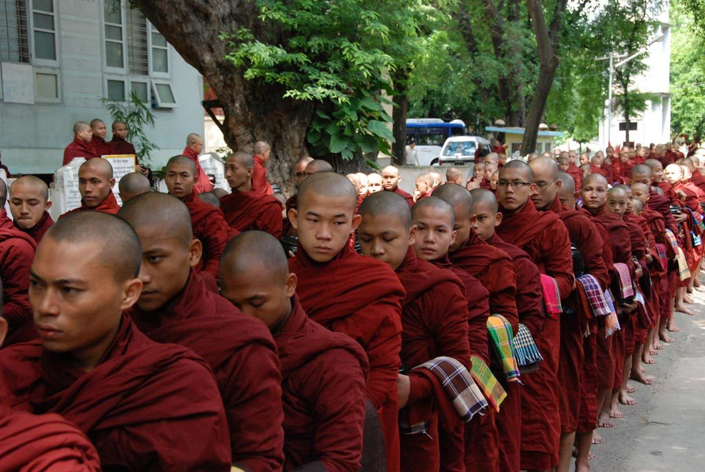 Sfilata di monaci a Mandalay