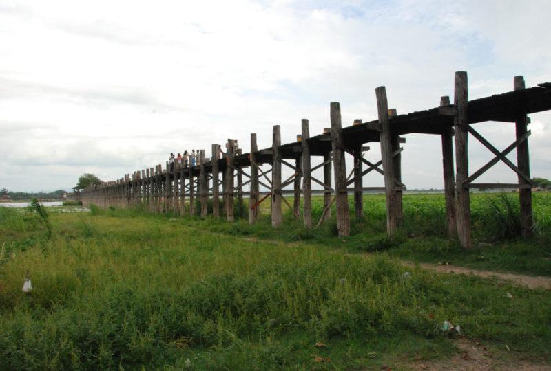 Il ponte in una zona in secca