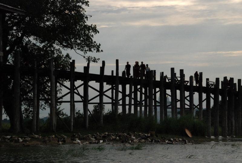 Il ponte sulla riva opposta