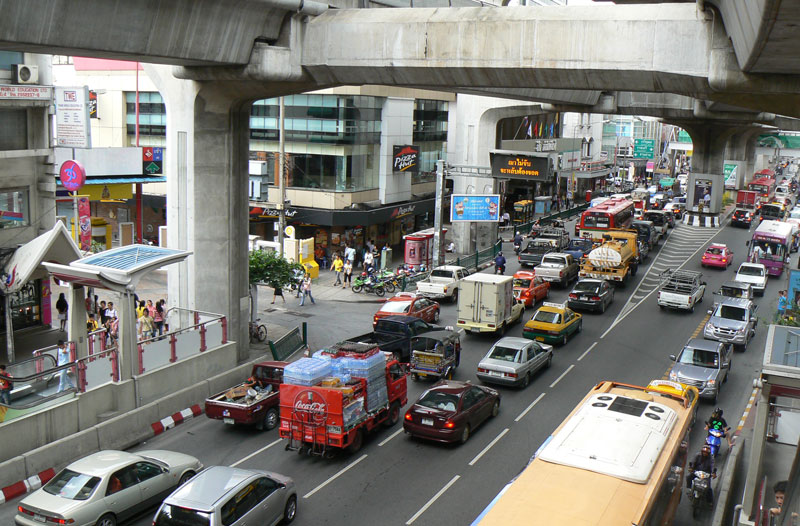 Una via di Bangkok sotto lo Skytrain