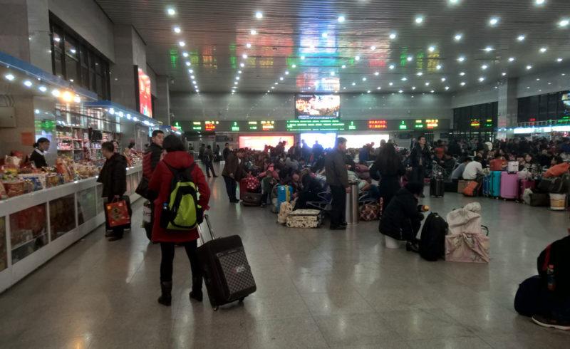 Una sala d'aspetto della stazione centrale di Pechino