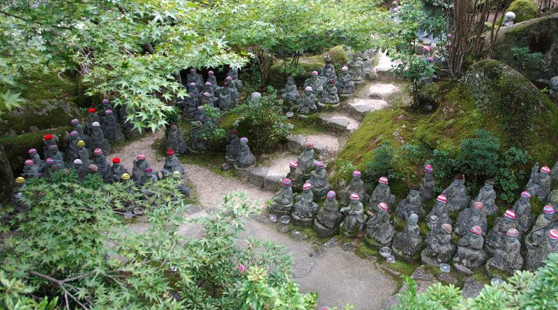 statue di pietra con lo zuccotto