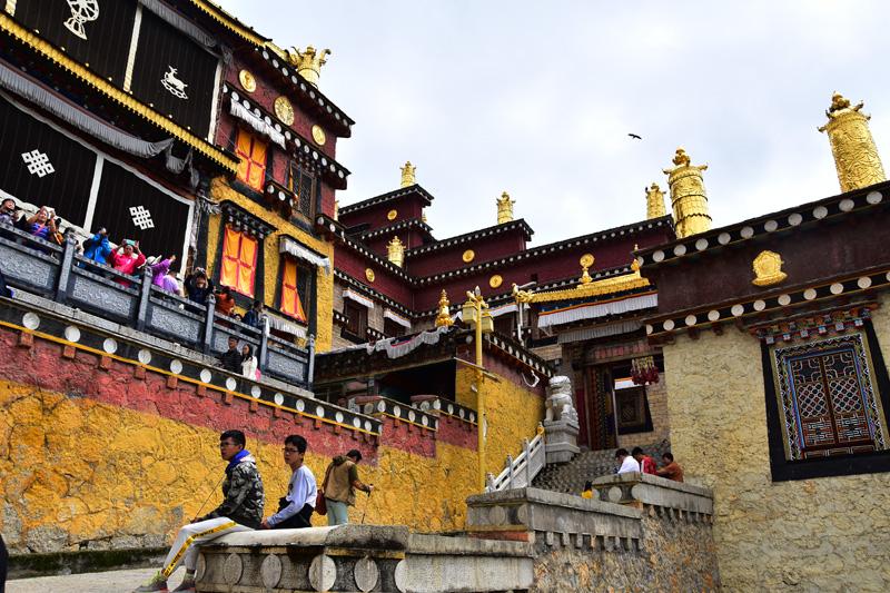 Uno scorcio del monastero di Songzalin