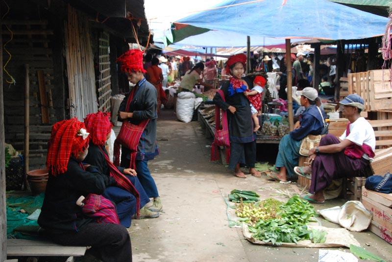 Commercianti di etnie diverse lungo un vicolo del mercato
