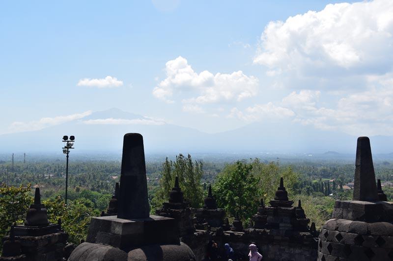 I famosi stupa con il Merapi sullo sfondo