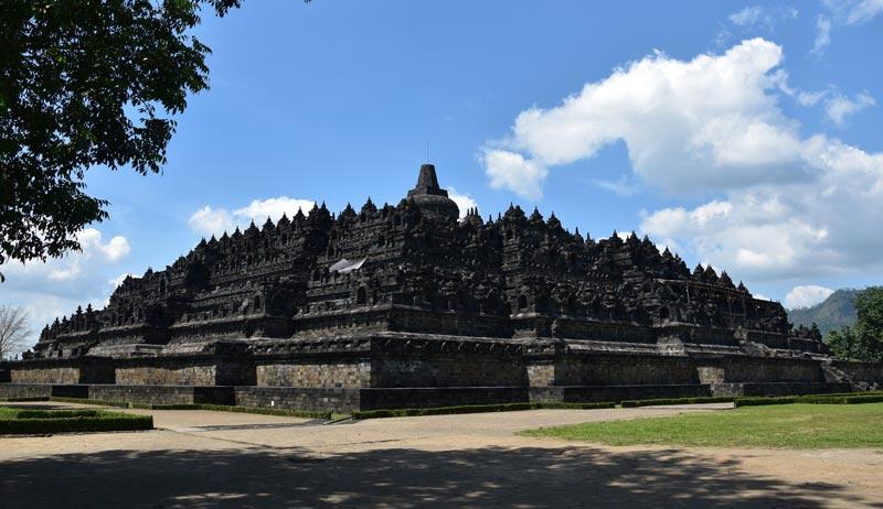 Il grande tempio di Borobudur visto da dietro