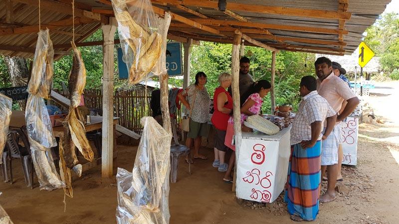 Una bancarella che vende il famoso yogurt di bufalo con miele di cocco