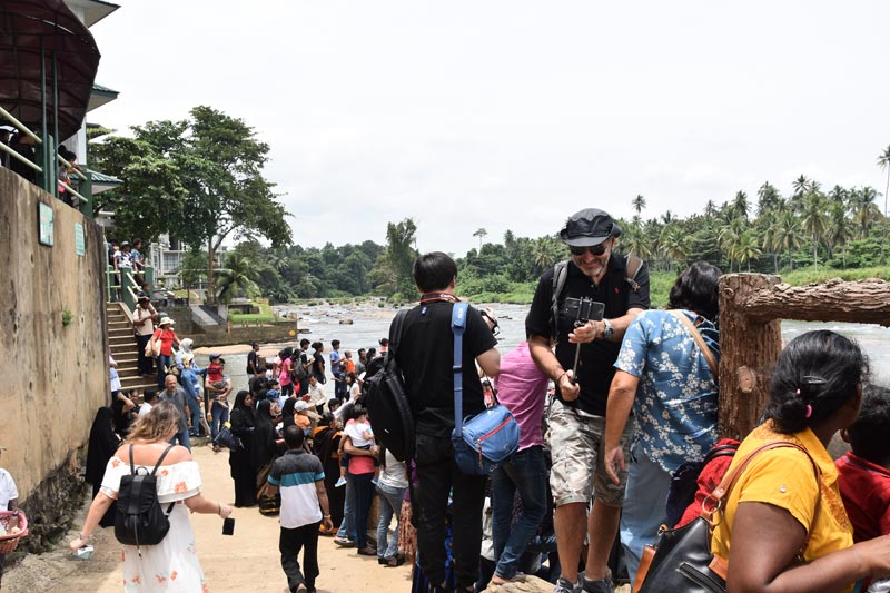 La folla di Pinnawela ammassata sulla riva del fiume