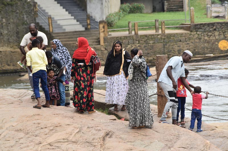 Una famiglia di turisti locali a Pinnawela