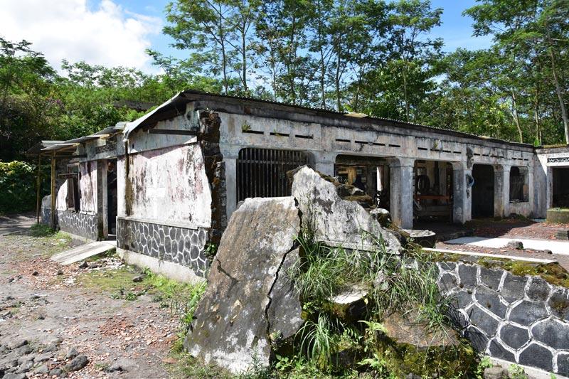 Una casa diroccata sopravvissuta all'ultima eruzione del Merapi