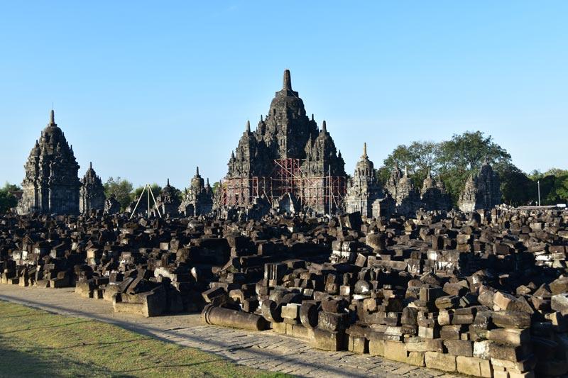 I resti d i un tempio crollato dopo un terremoto