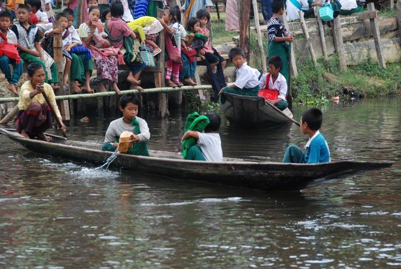 L'occupazione principale di chi sta in mezzo: raccogliere l'acqua che entra nella barca!
