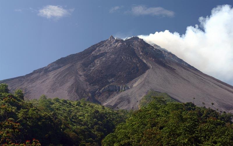 Il vulcano Merapi, in una rara giornata di sole
