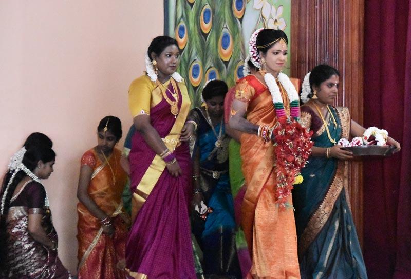 La sposa entra in sala e raggiunge lo sposo sul palco