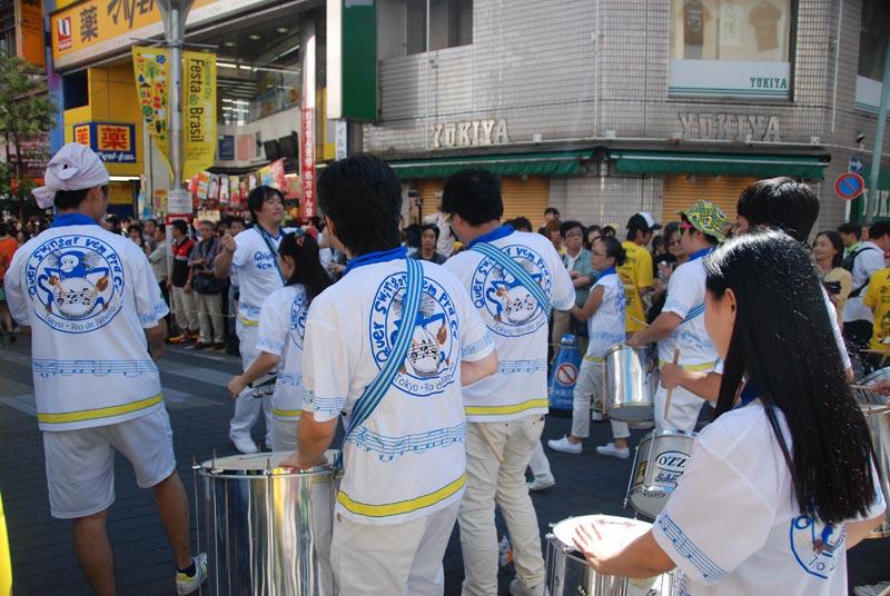 Una delle scuole di samba che sfila durante l'Asakusa festival Samba