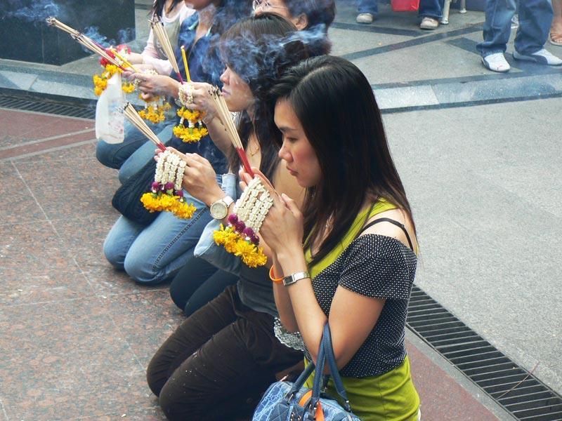 Devoti in preghiera davanti al santuario di Erawan