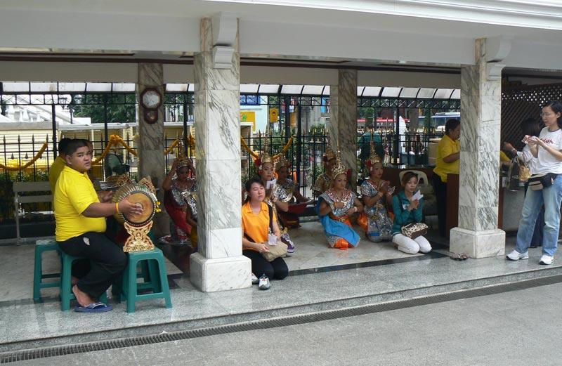 Musica e danza in onore del dio al santuario di Erawan