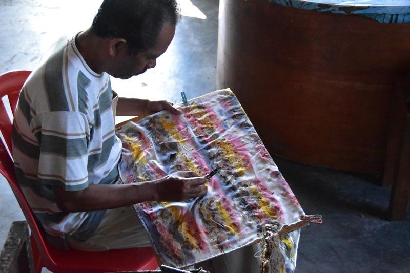 Un altro argigiano alle prese con un batik indonesiano