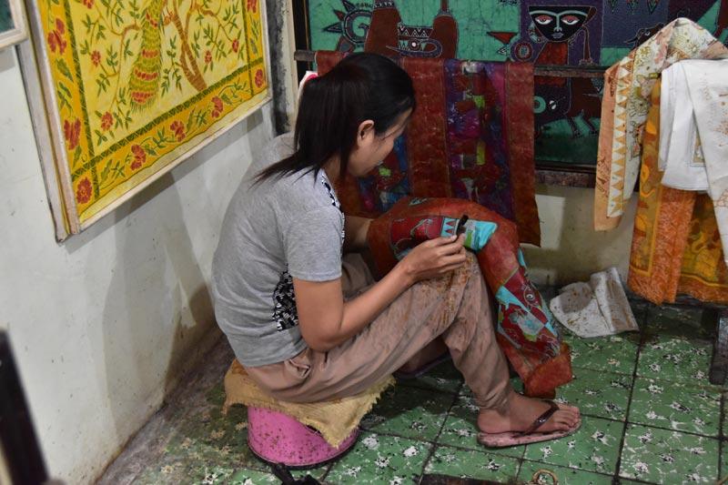 Ragazza al lavoro su un batik