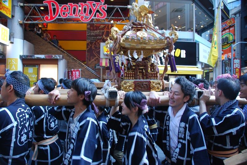 Una divinità shinto portata in processione nel centro di Tokyo