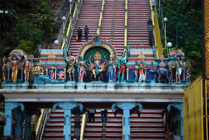 L'inizio dell'ascesa alle Batu Caves. Ogni scalino è numerato