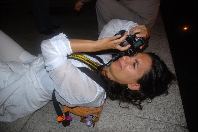 La mia amica distesa a terra per fotografare le torri Petronas