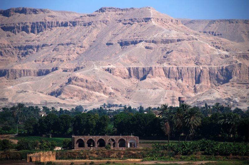 Vista sulle montagne intorno a Luxor