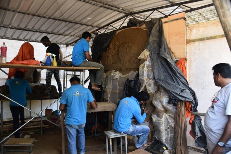 Archeologi e tecnici al lavoro su una nuova scultura appena ritrovata