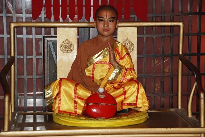 Il giovane monaco all'ingresso della sala principale del Teatro Rosso