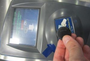 Il gettone di plastica che funge da biglietto
