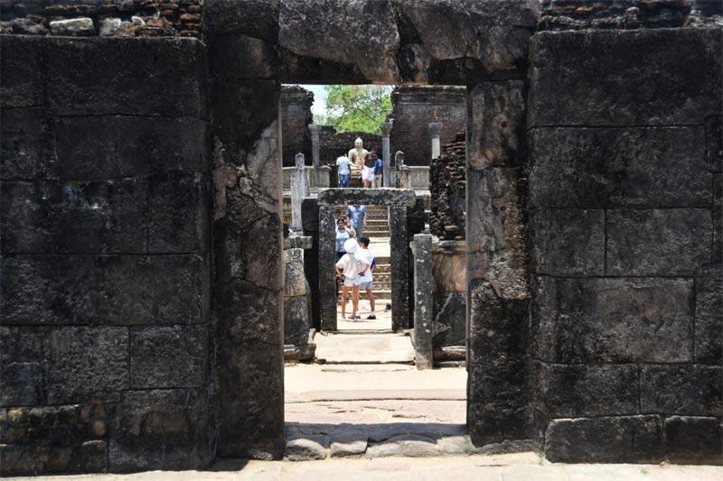 Il Vatadage visto dal tempio posto di fronte a esso