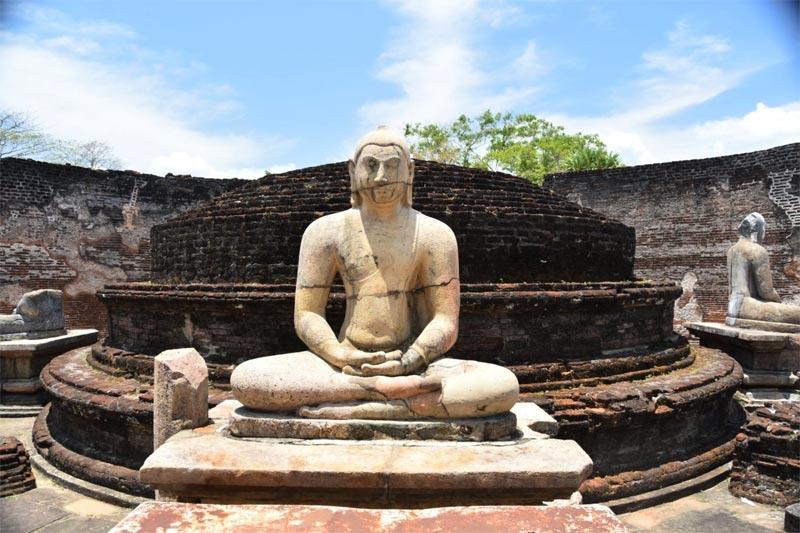 L'interno del Vatadage, con i 4 Buddha in meditazione