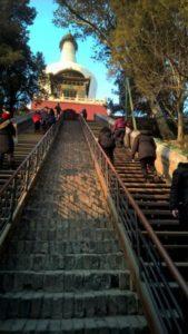 La lunga scalinata che conduce al Dagoba bianco