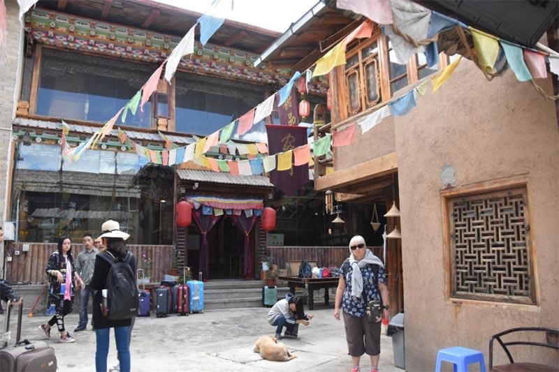 In attesa del taxi per la stazione degli autobus di Shangri-La