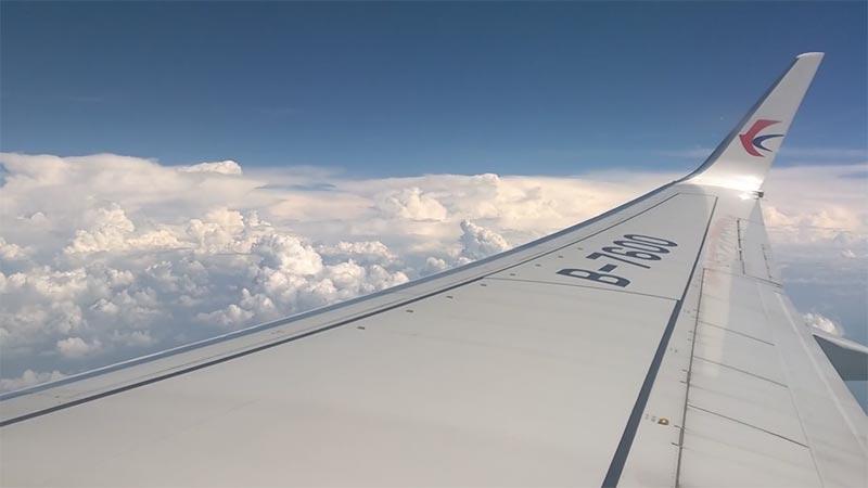 Un momento del volo per Kunming con la compagnia China Eastern