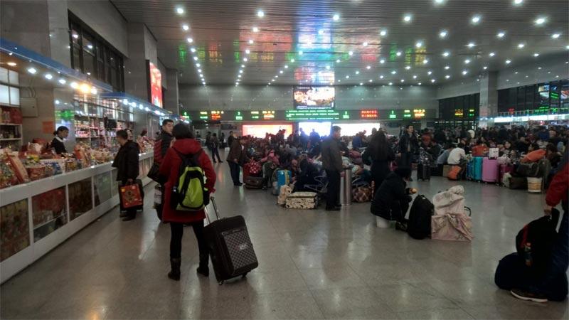 Una sala d'aspetto della stazione Sud di Pechino