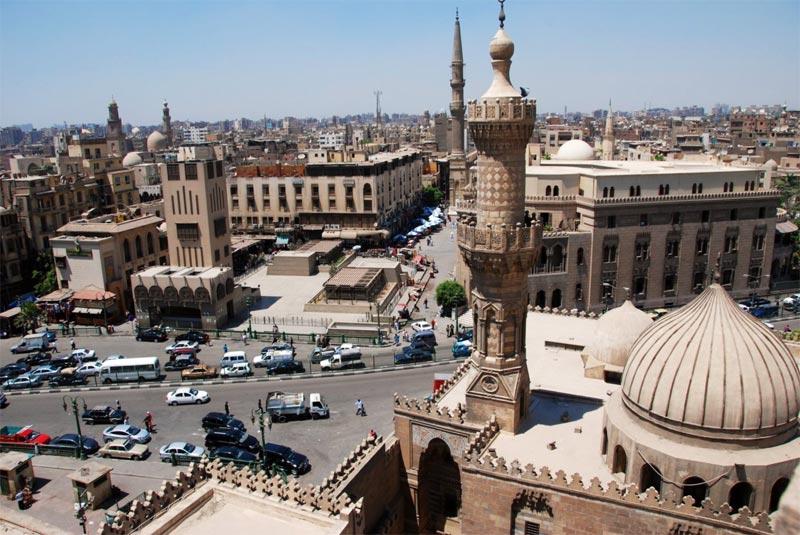 Il minareto di al-Azhar con sullo sfondo il mercato di Khan al-Khalili